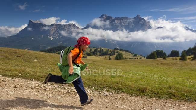 Ragazza escursionista correre sul sentiero — Foto stock