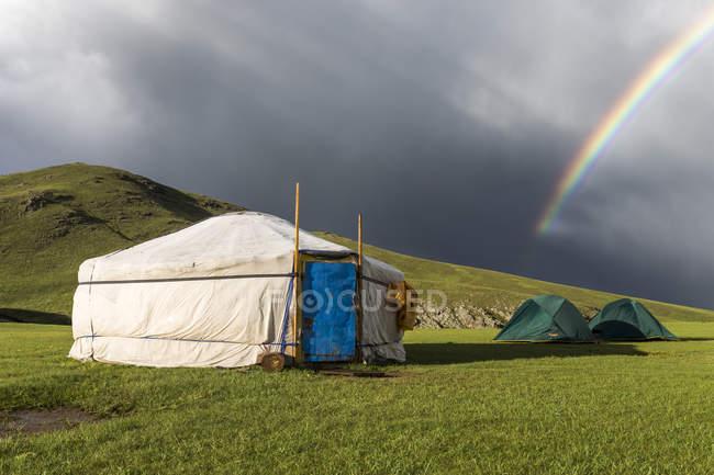 Arco-íris acima das típicas tendas mongóis — Fotografia de Stock