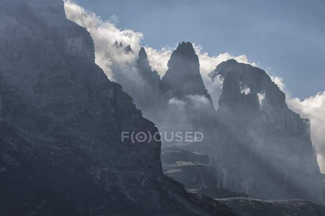 Retroiluminada de Dolomitas de Brenta por sol de la mañana - foto de stock