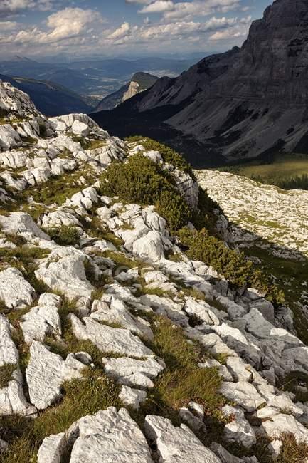 Dolomitas de Brenta durante el día - foto de stock