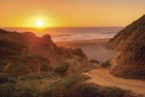 Закат на океан с тропа к пляжу — стоковое фото