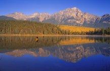 Homem, canoagem no lago — Fotografia de Stock
