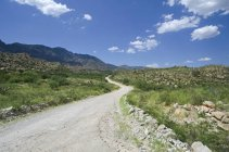 Estrada de terra nas montanhas — Fotografia de Stock
