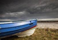 Bunte Ruderboot am Ufer — Stockfoto