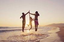 Três pessoas pulando no ar — Fotografia de Stock