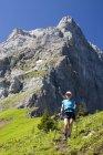 Wanderin auf Bergrücken — Stockfoto