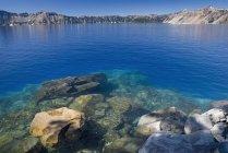 Blaue Wasser des Kratersee — Stockfoto