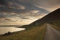 Дорога вздовж узбережжя на заході сонця — стокове фото