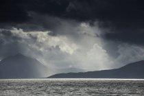 Солнечный свет сквозь облака — стоковое фото
