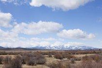 Montagnes enneigées avec ciel bleu — Photo de stock