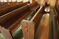 Panche in legno nella Chiesa — Foto stock