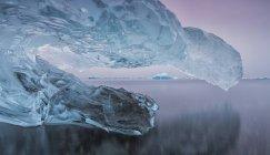 Iceberg sulla spiaggia lungo la costa — Foto stock