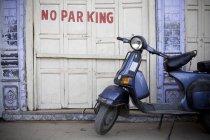 Скутер у немає зону паркування — стокове фото