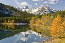 Agua de lago de montaña - foto de stock