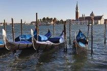 Лодки в лагуне с церковью — стоковое фото