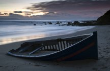 Barca abbandonata sulla spiaggia — Foto stock