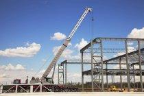 Kran über Stahlkonstruktion — Stockfoto