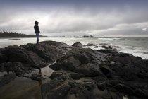 Alone man standing on stone — Stock Photo