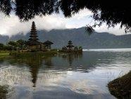 Tempio di Ulun Danu sul lago di Beratan — Foto stock