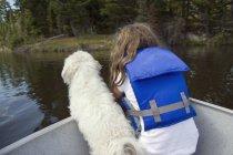 Petite fille avec chien — Photo de stock