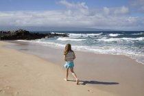 Дівчина йде по пляжу — стокове фото