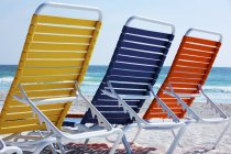 Кольорові пляжні шезлонги — стокове фото