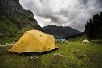 Перегляд Tenting на горах, Lidderwat, Кашмір, Сполучені Штати Америки — стокове фото