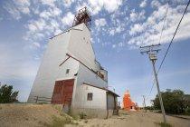 Elevador de grano contra el cielo - foto de stock
