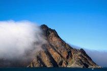 Pic de montagne avec fumée — Photo de stock
