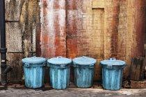 Latas de lixo alinhadas — Fotografia de Stock