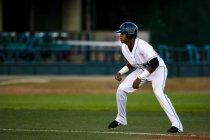 Вид бейсбольного игрока на поле с зеленой травы — стоковое фото