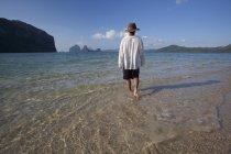 Male Tourist Walks Along Sand — Stock Photo