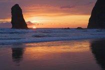 Silhouette de Haystack Rock — Photo de stock