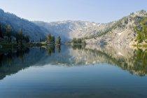 Agua del lago alpino - foto de stock