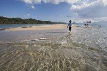 Мужчин туристические прогулки вдоль песка — стоковое фото