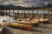 Чотири човни на березі — стокове фото