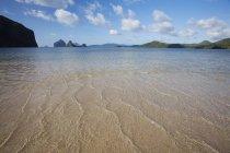 Мелкой воды и песка на острове вблизи Эль Нидо — стоковое фото
