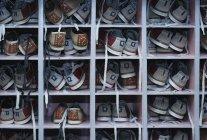 Prateleira com todos os tamanhos sapatos de boliche para alugar — Fotografia de Stock