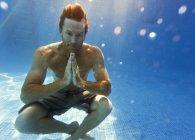 Человек сидел под водой — стоковое фото