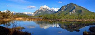 Monte con lago a pie - foto de stock