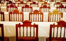 Банкетные столы и стулья — стоковое фото