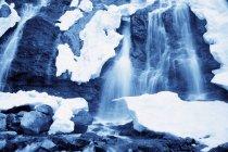 Aire libre cascada con nieve - foto de stock