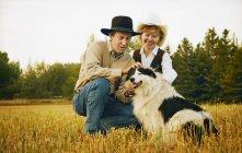 Couple avec chien — Photo de stock