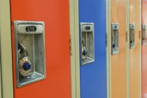Ряд шкафчиков с комбинированными замками — стоковое фото