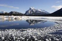 Eau glacée par les montagnes — Photo de stock