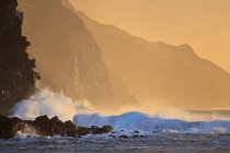 Les vagues de l'océan s'écrasent à nouveau — Photo de stock