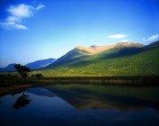Lac avec montagne réfléchie — Photo de stock