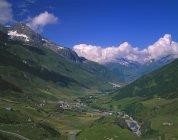 Valle alpina con villaggio In Alpi svizzere — Foto stock