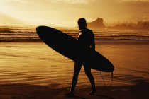 Surfer Looking Out To Sea — Stock Photo