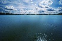 Живописные гладь воды и неба — стоковое фото